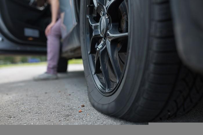 gros plan d'un pneu dégonflé